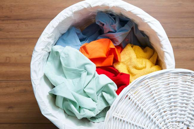 Quần áo của người nghi nhiễm virus corona mới Covid-19: Giặt riêng thôi là chưa đủ, chuyên gia tiết lộ thêm điều cần làm nếu không bạn vẫn bị lây nhiễm như thường! - Ảnh 1.