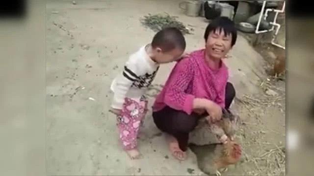 Bé trai 3 tuổi khóc nằng nặc không cho làm thịt gà, ai cũng bật cười vì bà đã trói chặt gà trong tay nhưng đành chịu thua cháu - Ảnh 2.