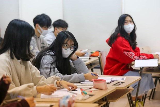Bộ GD-ĐT quyết định tiếp tục lùi thời gian kết thúc năm học - TP.HCM cho học sinh nghỉ học đến 5/4 - Ảnh 1.