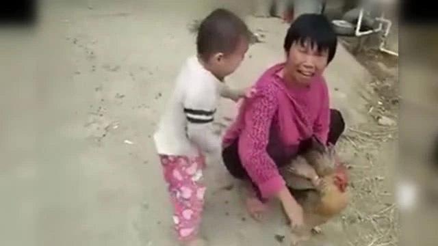 Bé trai 3 tuổi khóc nằng nặc không cho làm thịt gà, ai cũng bật cười vì bà đã trói chặt gà trong tay nhưng đành chịu thua cháu - Ảnh 1.