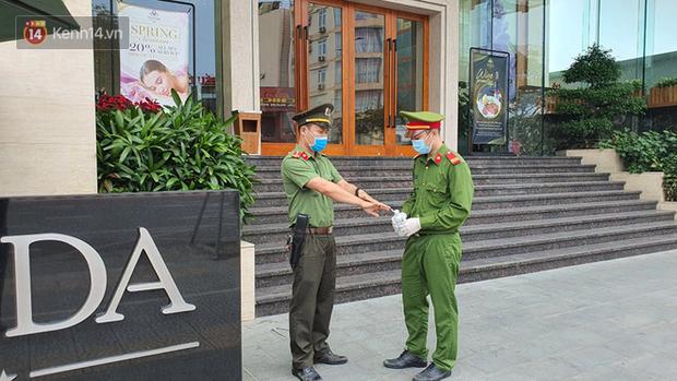 Phía sau hình ảnh người phụ nữ trong khu cách ly ở Đà Nẵng với tấm biển nhờ các anh công an mua giúp em 1 bát cháo cho em bé - Ảnh 4.