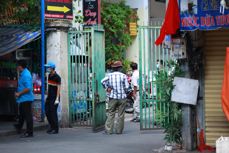 [ẢNH] Phong toả chung cư có ca nhiễm Covid-19 thứ 48 ở Sài Gòn, cư dân nhận tiếp tế lương thực qua hàng rào - Ảnh 5.