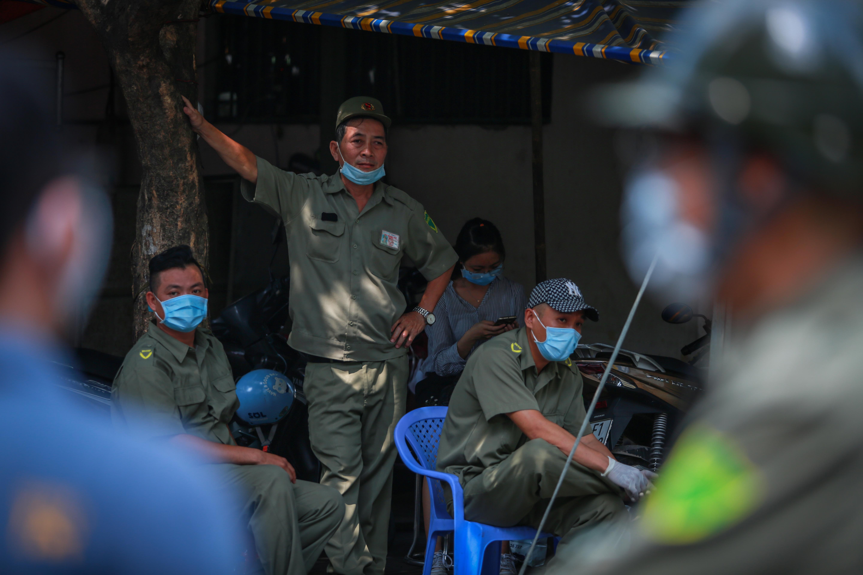 [ẢNH] Phong toả chung cư có ca nhiễm Covid-19 thứ 48 ở Sài Gòn, cư dân nhận tiếp tế lương thực qua hàng rào - Ảnh 3.
