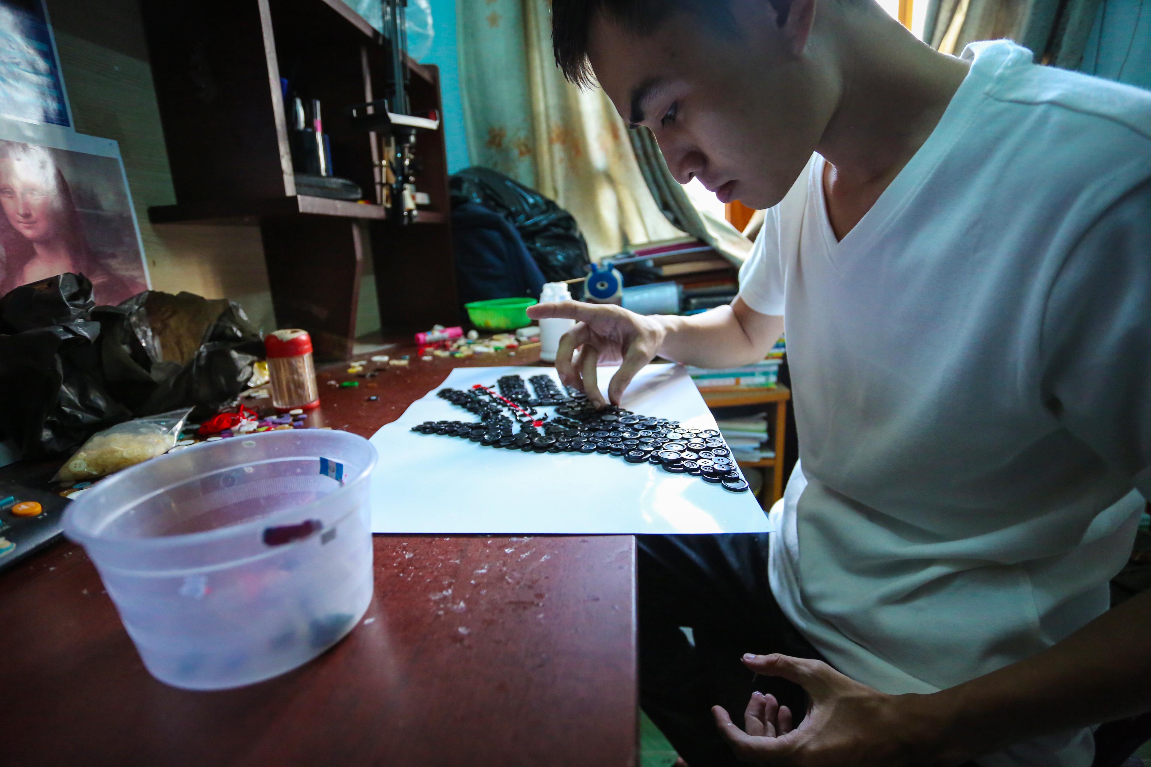 Độc đáo tranh tuyên truyền chống Covid-19 được làm bằng nút áo, của chàng trai 9X Sài Gòn - Ảnh 3.
