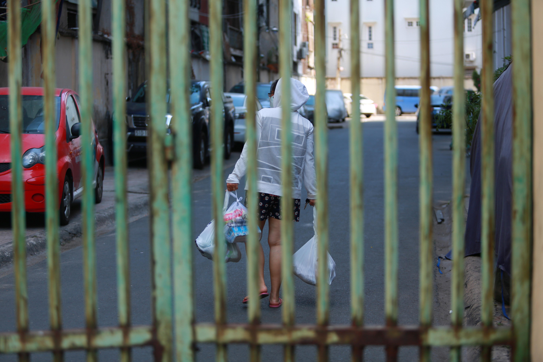 [ẢNH] Phong toả chung cư có ca nhiễm Covid-19 thứ 48 ở Sài Gòn, cư dân nhận tiếp tế lương thực qua hàng rào - Ảnh 15.