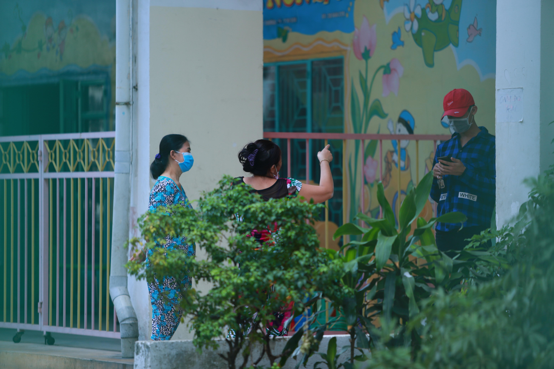 [ẢNH] Phong toả chung cư có ca nhiễm Covid-19 thứ 48 ở Sài Gòn, cư dân nhận tiếp tế lương thực qua hàng rào - Ảnh 11.