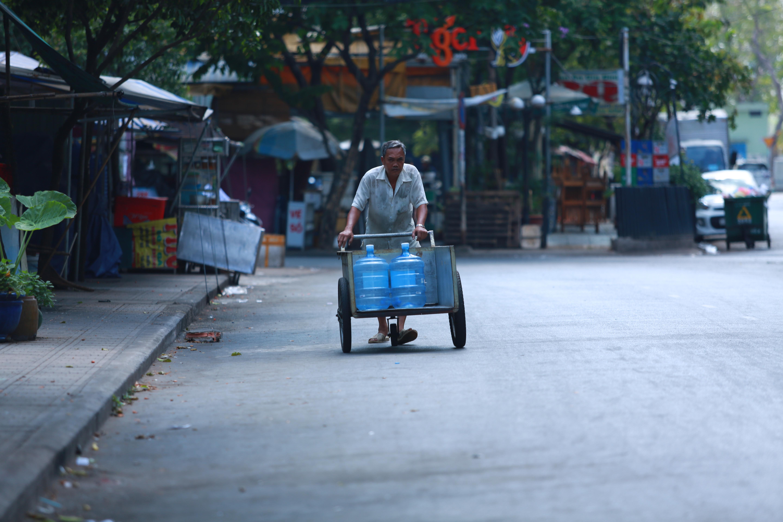 [ẢNH] Phong toả chung cư có ca nhiễm Covid-19 thứ 48 ở Sài Gòn, cư dân nhận tiếp tế lương thực qua hàng rào - Ảnh 16.