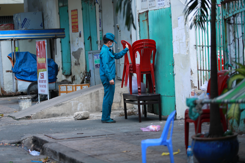 [ẢNH] Phong toả chung cư có ca nhiễm Covid-19 thứ 48 ở Sài Gòn, cư dân nhận tiếp tế lương thực qua hàng rào - Ảnh 6.