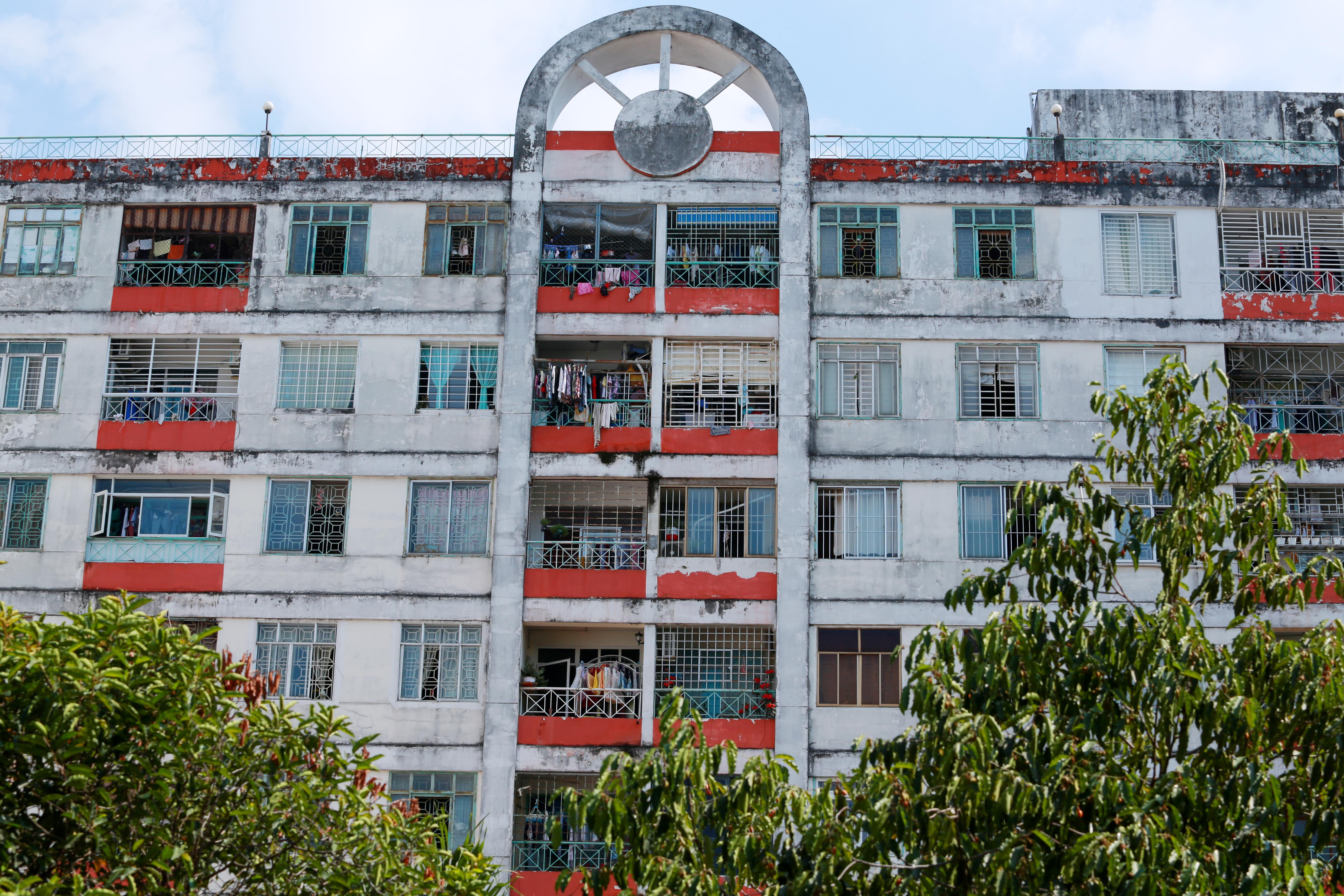 [ẢNH] Phong toả chung cư có ca nhiễm Covid-19 thứ 48 ở Sài Gòn, cư dân nhận tiếp tế lương thực qua hàng rào - Ảnh 7.