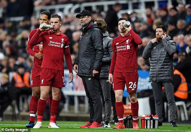 Nữ bác sĩ từng mâu thuẫn với Mourinho chỉ ra lý do cầu thủ Premier League dễ nhiễm Covid-19 - Ảnh 2.