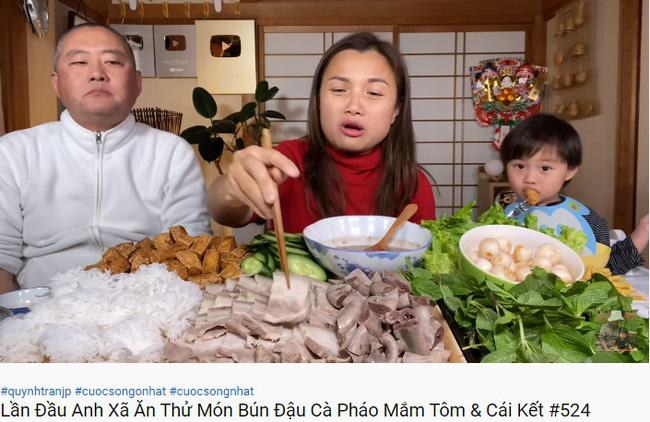 Từng nói ông xã cực ghét lên hình nhưng gần đây Quỳnh Trần JP lại hay mang chồng lên sóng, biểu cảm của anh khi ăn mắm tôm giúp vlog đạt triệu view nhanh như chớp - Ảnh 1.