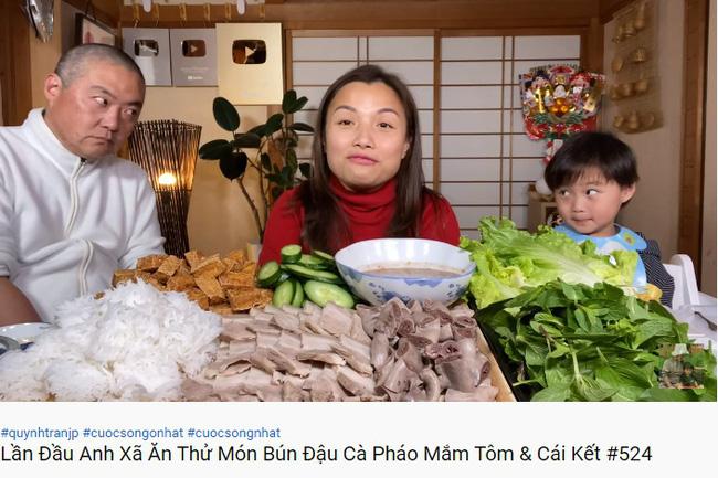 Từng nói ông xã cực ghét lên hình nhưng gần đây Quỳnh Trần JP lại hay mang chồng lên sóng, biểu cảm của anh khi ăn mắm tôm giúp vlog đạt triệu view nhanh như chớp - Ảnh 2.