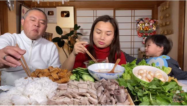 Từng nói ông xã cực ghét lên hình nhưng gần đây Quỳnh Trần JP lại hay mang chồng lên sóng, biểu cảm của anh khi ăn mắm tôm giúp vlog đạt triệu view nhanh như chớp - Ảnh 3.