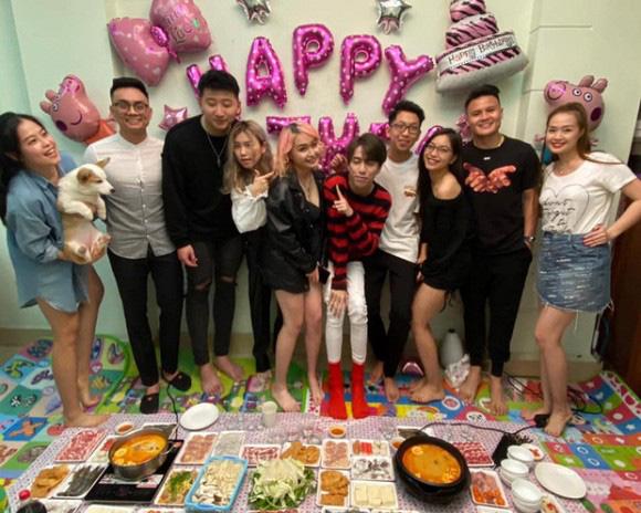 Lộ ảnh Quang Hải - Nhật Lê tình tứ khi chụp ảnh trong tiệc sinh nhật bạn - ảnh 3