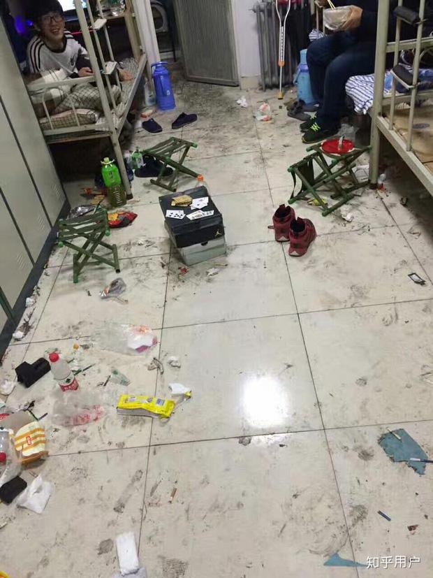 Thảm cảnh bạn cùng phòng ở bẩn đã lên một level mới, dân tình khuyên nên ra bãi rác luôn cho đỡ tốn tiền thuê phòng - Ảnh 4.