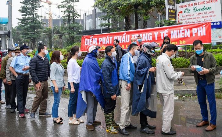 Nhà báo Đỗ Minh Tuấn phát hơn 10.000 khẩu trang miễn phí cho người dân Hà Nội
