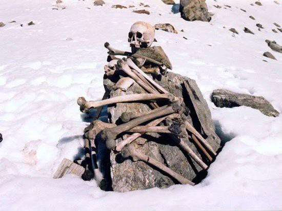 Điều khủng khiếp gì khiến hồ Roopkund có đến 800 bộ xương người? - Ảnh 2.