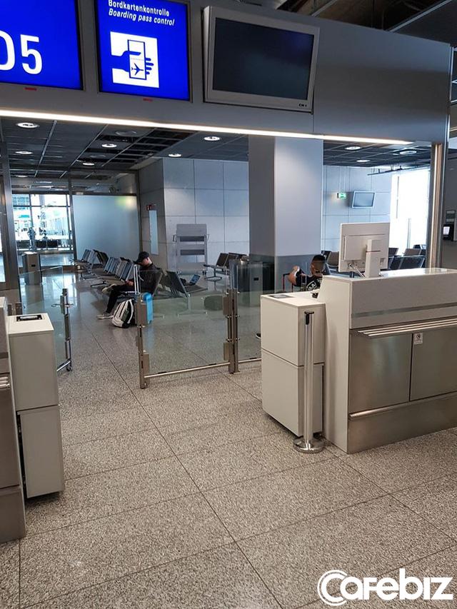 Câu chuyện của hành khách trên chuyến bay cuối cùng rời khỏi châu Âu: Từ đáy lòng, xin chân thành cảm ơn Tổ quốc đã dang tay cứu nạn! - Ảnh 2.