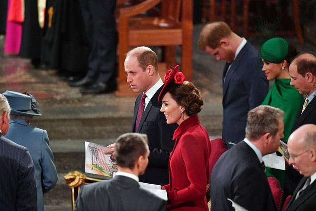 Điều ít biết đằng sau khoảnh khắc Hoàng tử Harry cúi gằm mặt còn Meghan mỉm cười hoàn hảo khi Nữ hoàng Anh xuất hiện tại buổi chia tay - Ảnh 1.