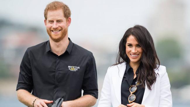 Điều ít biết đằng sau khoảnh khắc Hoàng tử Harry cúi gằm mặt còn Meghan mỉm cười hoàn hảo khi Nữ hoàng Anh xuất hiện tại buổi chia tay - Ảnh 3.