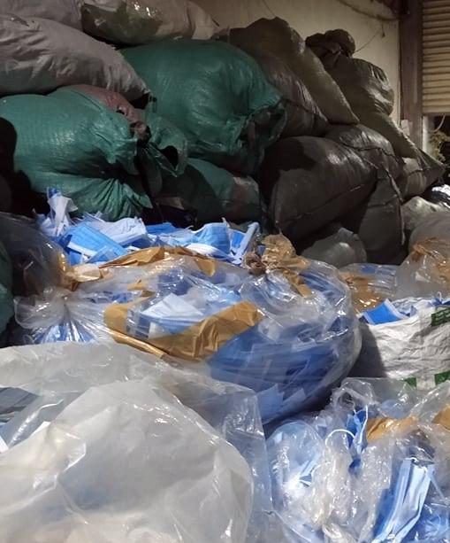 Phát hiện kho phế liệu chứa 2 tấn khẩu trang y tế đã qua sử dụng - Ảnh 3.