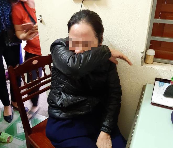 Người dân vây giữ một phụ nữ nghi vào chợ thôi miên lấy cả chục triệu đồng của tiểu thương - Ảnh 2.