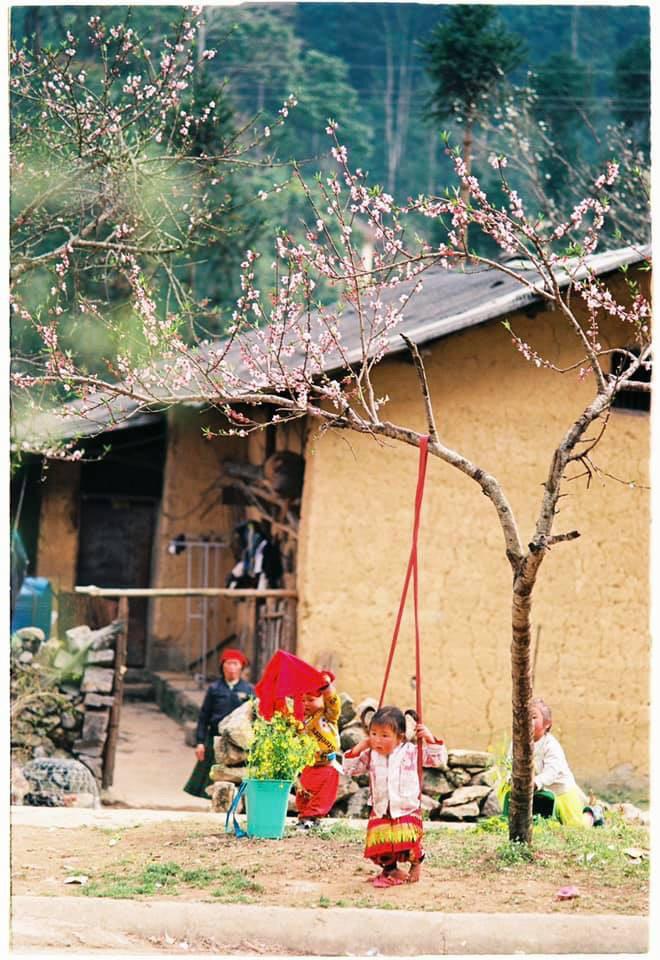 Khoảnh khắc cô bé Hà Giang nô đùa, cười rạng rỡ bên đường khiến bao người xao xuyến - Ảnh 12.