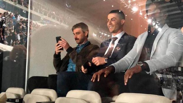 Dự khán trận đấu được chờ đợi nhất thế giới, Ronaldo chiếm trọn spotlight bằng nụ cười như được mùa cùng màn ăn mừng tại hàng ghế VIP - Ảnh 2.