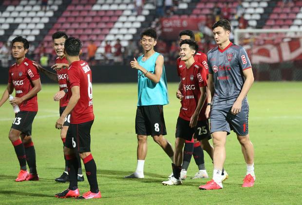 HLV Muangthong United nói gì khi đẩy thủ môn số 1 tuyển Việt Nam lên băng ghế dự bị? - Ảnh 1.