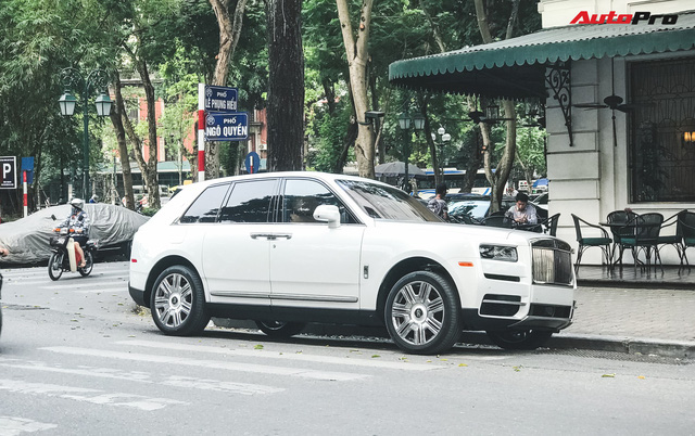 Mới chạy 2.000 km, Rolls-Royce Cullinan có giá bán lại rẻ hơn 20 tỷ so với giá mua mới - Ảnh 1.