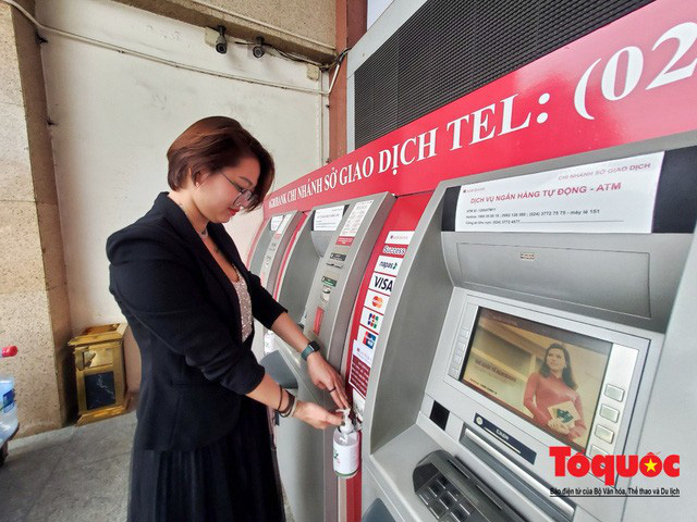 Trang bị nước rửa tay sát khuẩn cho cây ATM phòng dịch Covid - 19 - Ảnh 1.