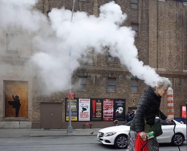 Nhiếp ảnh đường phố và những khoảnh khắc tình cờ đến sững sờ (P1) - Ảnh 2.