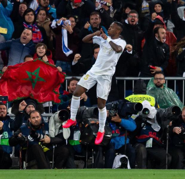 Dự khán trận đấu được chờ đợi nhất thế giới, Ronaldo chiếm trọn spotlight bằng nụ cười như được mùa cùng màn ăn mừng tại hàng ghế VIP - Ảnh 3.