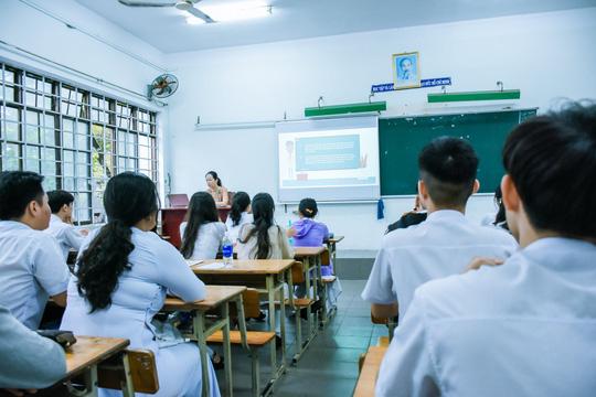 [Ảnh] Học sinh lớp 12 ở Đà Nẵng quay lại trường học sau kỳ nghỉ dài phòng dịch Covid-19 - Ảnh 4.