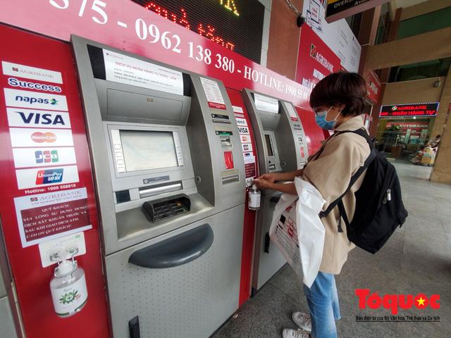Trang bị nước rửa tay sát khuẩn cho cây ATM phòng dịch Covid - 19 - Ảnh 3.