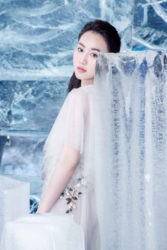 Huỳnh Hồng Loan đẹp hút hồn khi diện đầm gợi cảm, chụp ảnh cùng băng đá - Ảnh 9.
