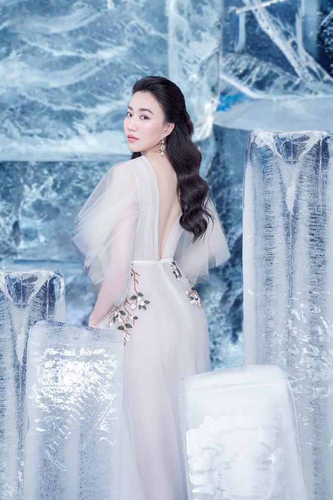 Huỳnh Hồng Loan đẹp hút hồn khi diện đầm gợi cảm, chụp ảnh cùng băng đá - Ảnh 11.
