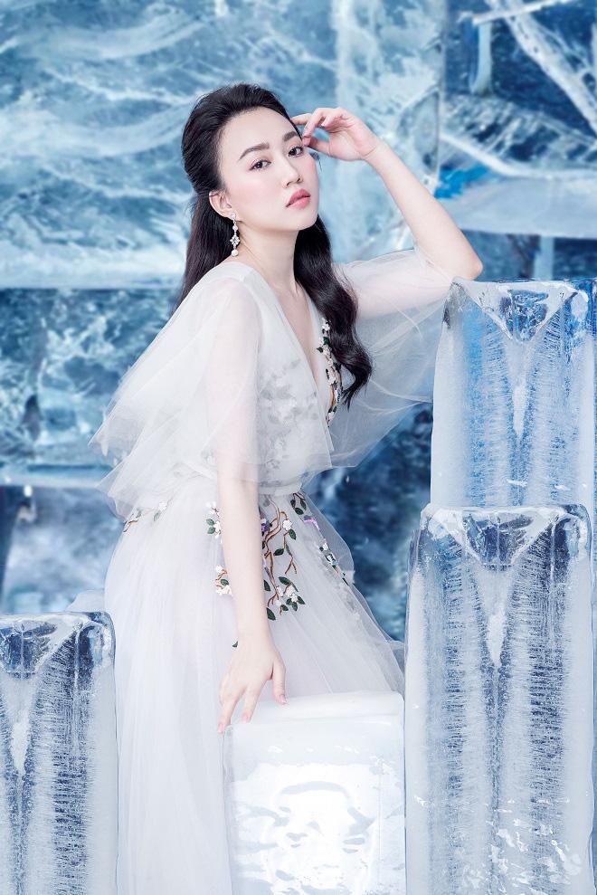 Huỳnh Hồng Loan đẹp hút hồn khi diện đầm gợi cảm, chụp ảnh cùng băng đá - Ảnh 10.