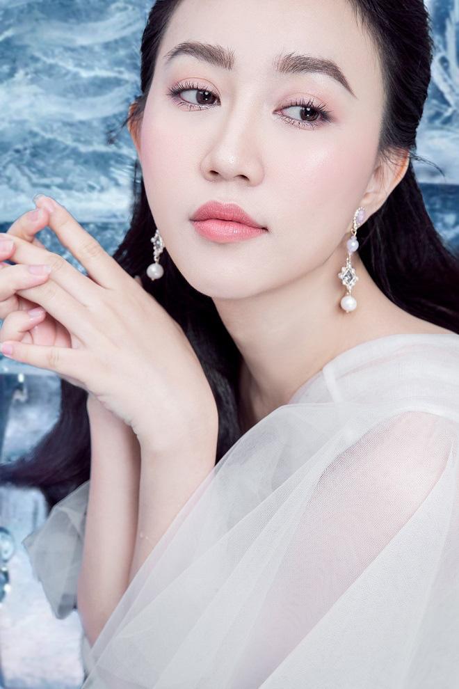 Huỳnh Hồng Loan đẹp hút hồn khi diện đầm gợi cảm, chụp ảnh cùng băng đá - Ảnh 8.
