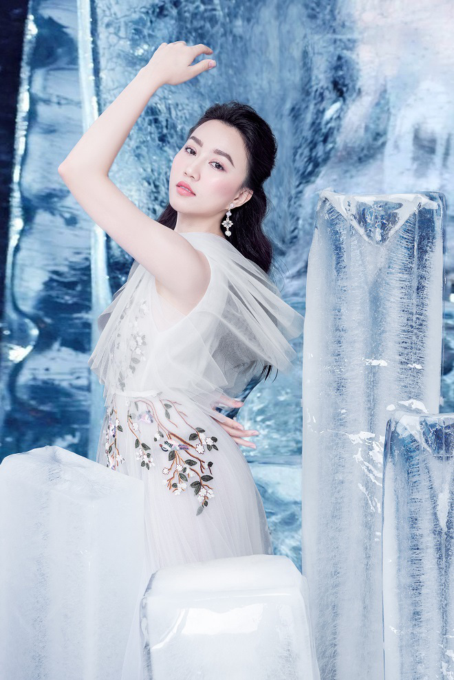 Huỳnh Hồng Loan đẹp hút hồn khi diện đầm gợi cảm, chụp ảnh cùng băng đá - Ảnh 7.