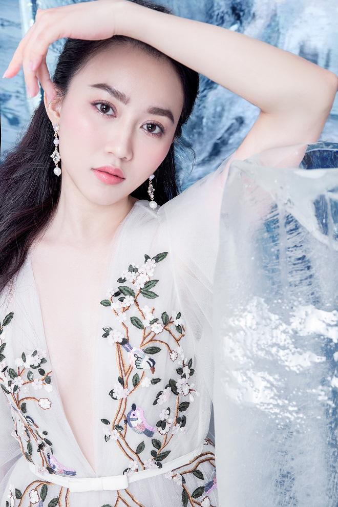 Huỳnh Hồng Loan đẹp hút hồn khi diện đầm gợi cảm, chụp ảnh cùng băng đá - Ảnh 6.