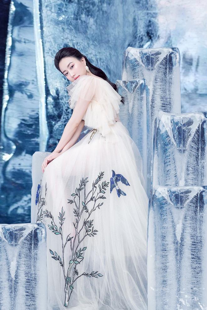 Huỳnh Hồng Loan đẹp hút hồn khi diện đầm gợi cảm, chụp ảnh cùng băng đá - Ảnh 5.