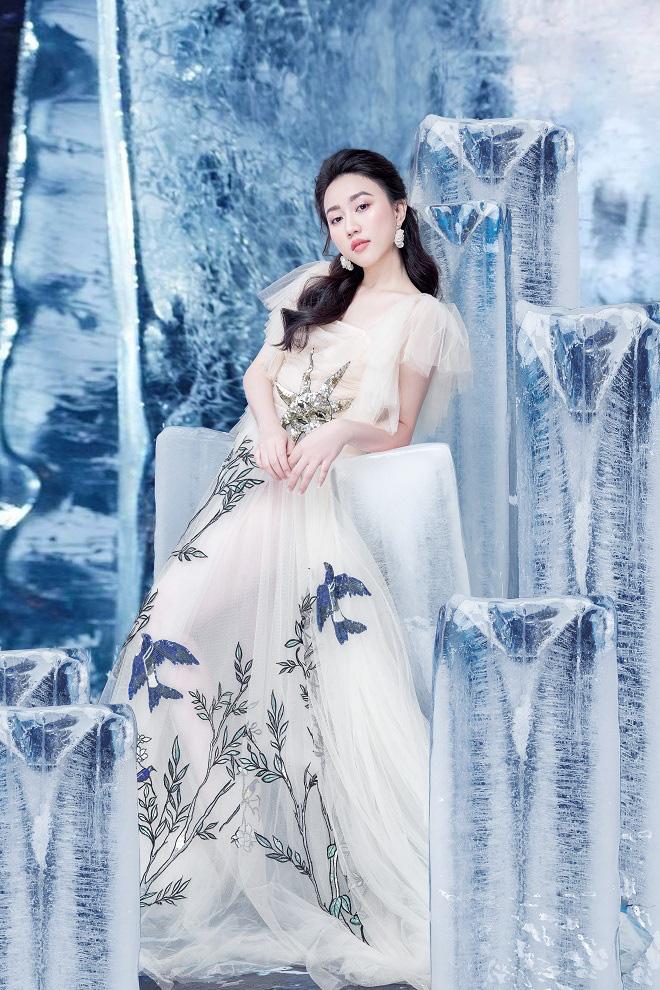 Huỳnh Hồng Loan đẹp hút hồn khi diện đầm gợi cảm, chụp ảnh cùng băng đá - Ảnh 4.