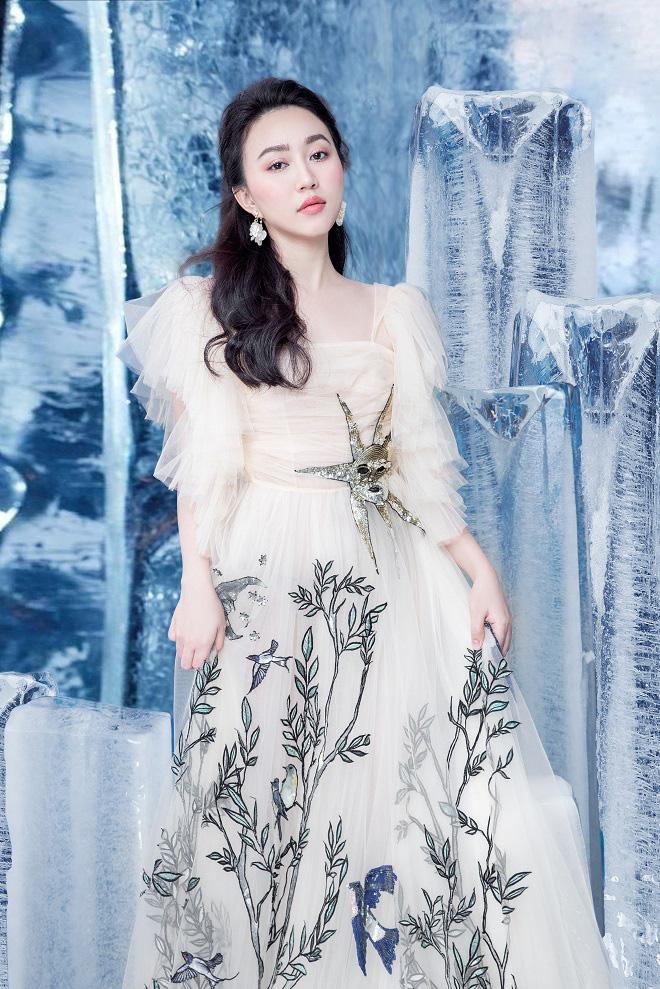 Huỳnh Hồng Loan đẹp hút hồn khi diện đầm gợi cảm, chụp ảnh cùng băng đá - Ảnh 3.