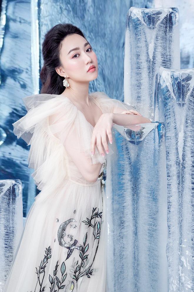 Huỳnh Hồng Loan đẹp hút hồn khi diện đầm gợi cảm, chụp ảnh cùng băng đá - Ảnh 2.