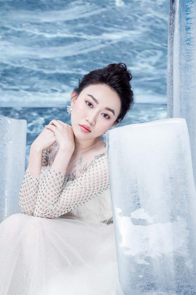 Huỳnh Hồng Loan đẹp hút hồn khi diện đầm gợi cảm, chụp ảnh cùng băng đá - Ảnh 1.
