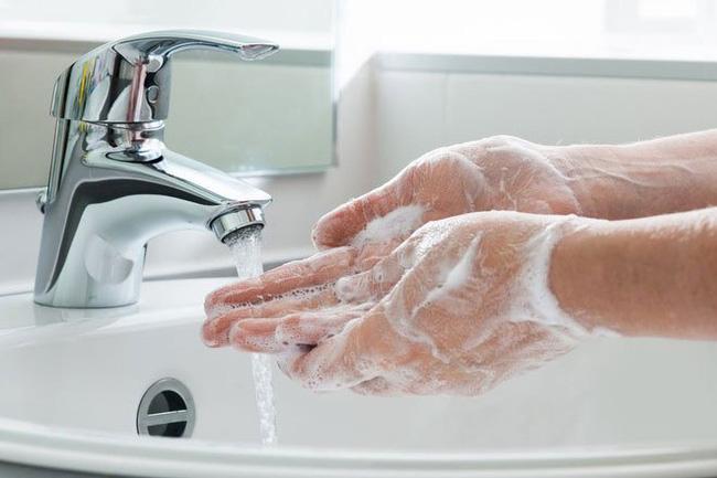 Rửa tay liên tục để phòng chống Covid-19, liệu có cần phải tháo bỏ nhẫn cưới hoặc các đồ trang sức khác? - Ảnh 3.