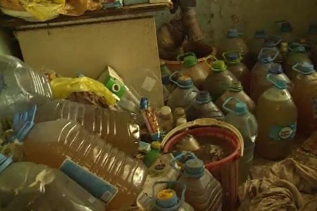 Hàng xóm liên tục kêu ca vì mùi hôi thối, cảnh sát tới kiểm tra gia đình nọ thì phát hiện 1300 lít chất lỏng khiến ai cũng bịt mũi - Ảnh 1.