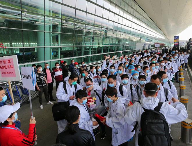 [Ảnh] Hoàn thành sứ mệnh lịch sử, đội ngũ bác sĩ chi viện bùi ngùi rời Vũ Hán - Ảnh 2.