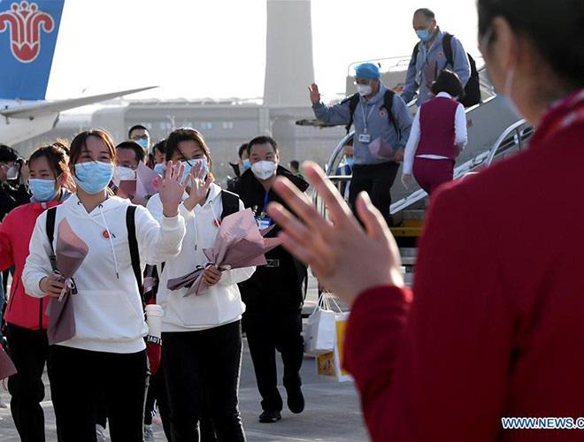 [Ảnh] Hoàn thành sứ mệnh lịch sử, đội ngũ bác sĩ chi viện bùi ngùi rời Vũ Hán - Ảnh 15.